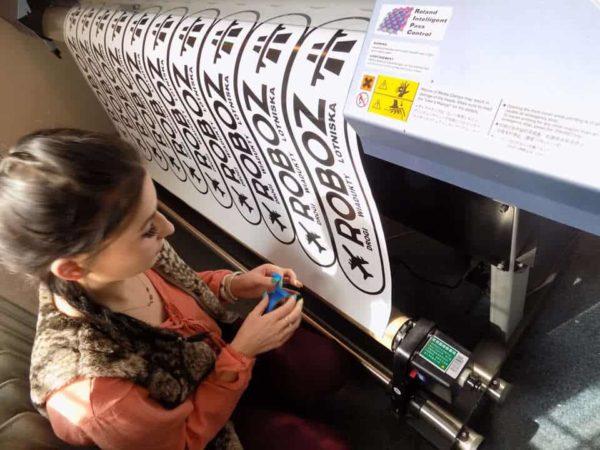 praca w agencji reklamowej ploter drukujący