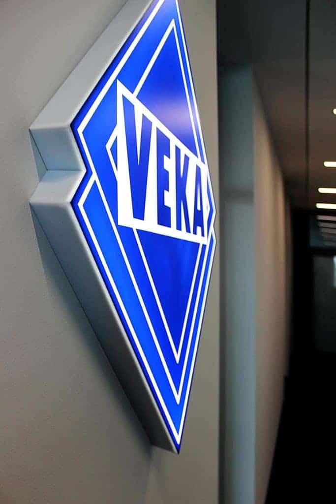 produkcja kasetonu z logo veka na ścianę w budynku