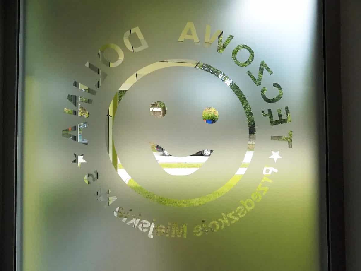 oklejenie szyby folią z wyciętym napisem logo