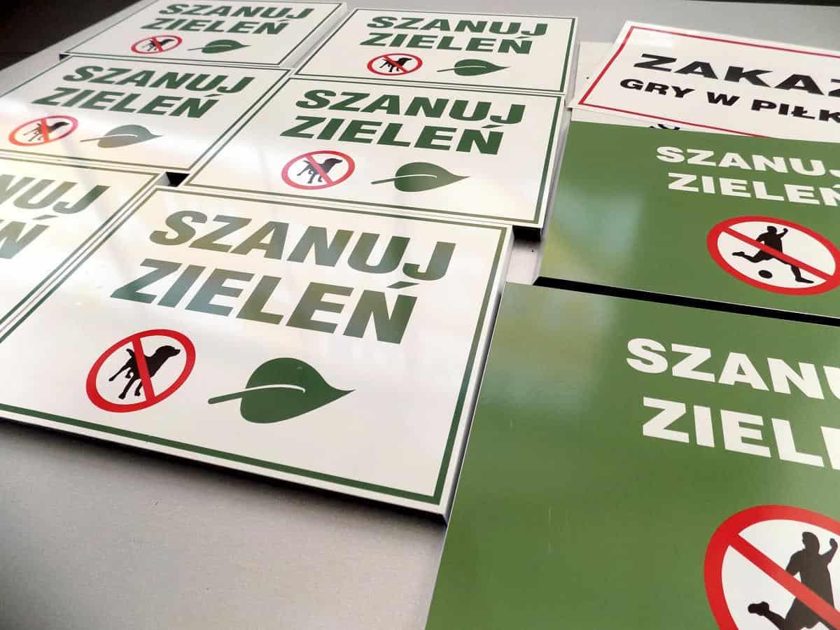 Dibond zamiast blachy - szanuj zieleń - pracownia reklamowa wykonuje tabliczki informacyjne