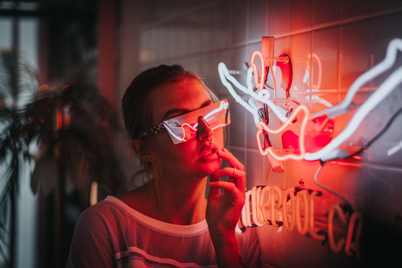 Świecący neon. Atrakcyjna reklama. fotografia.