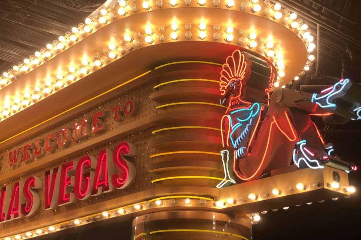 Tradycyjna świecąca reklama z rurki szklanej. Neony Las Vegas.