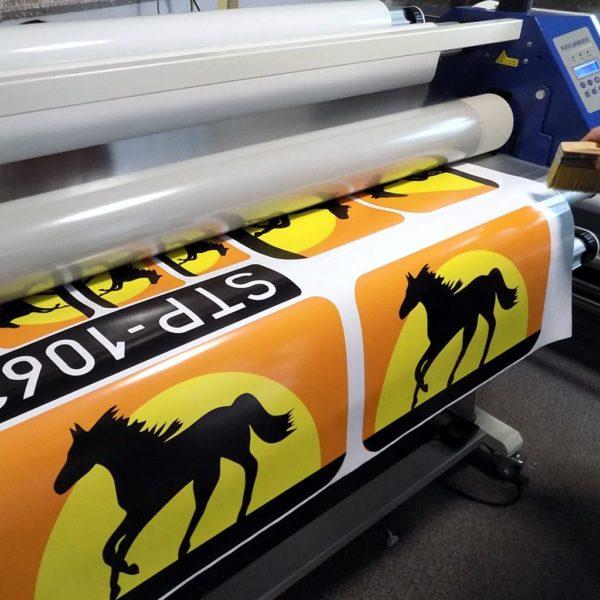 Laminowanie ochronne wydruku naklejki z laminatem