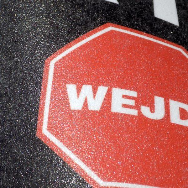 ochronne laminowanie naklejki na chodnik asfalt