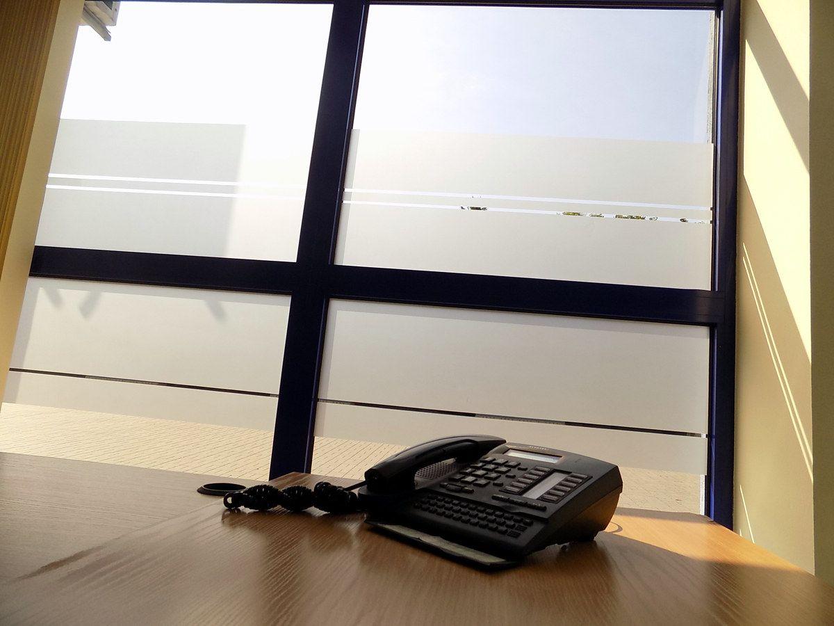 Przyciemnienie szyby folią dekoracja okna oklejanie szyb