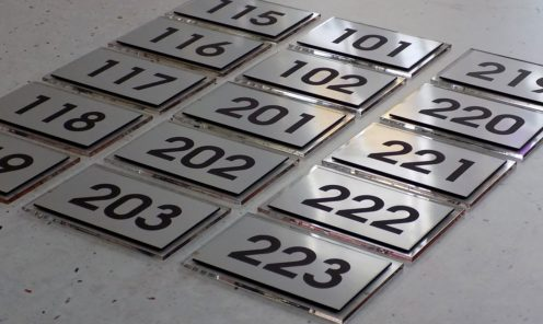 grawerowane tabliczki plexi numery oznakowania