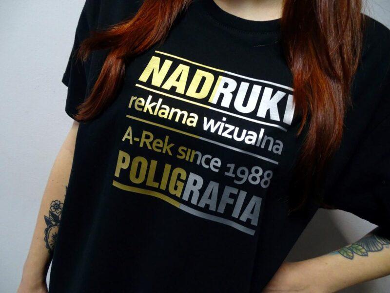 reklama na koszulkach złota metaliczna barwa nadruku