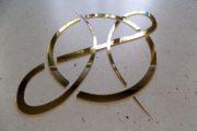 Lustrzane złote logo firmy – reklama i dekoracja na ścianę biura, lokalu, pomieszczenia w budynku.