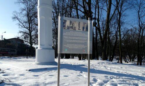 Pamiątkowa tablica miejska stojąca w Mińsku Mazowieckim