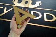Litera złota lustrzana reklama z plexi