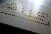 Jak wygląda znak graficzny, logo, reklamowy napis 3D ze złotej, lustrzanej pleksi. Jak wykonujemy złote logo cięte laserem? Reklama ze złotego lustra akrylowego - pleksiglasu - obejrzyj zdjęcia reklamy ciętej na wymiar, na zamówienie.