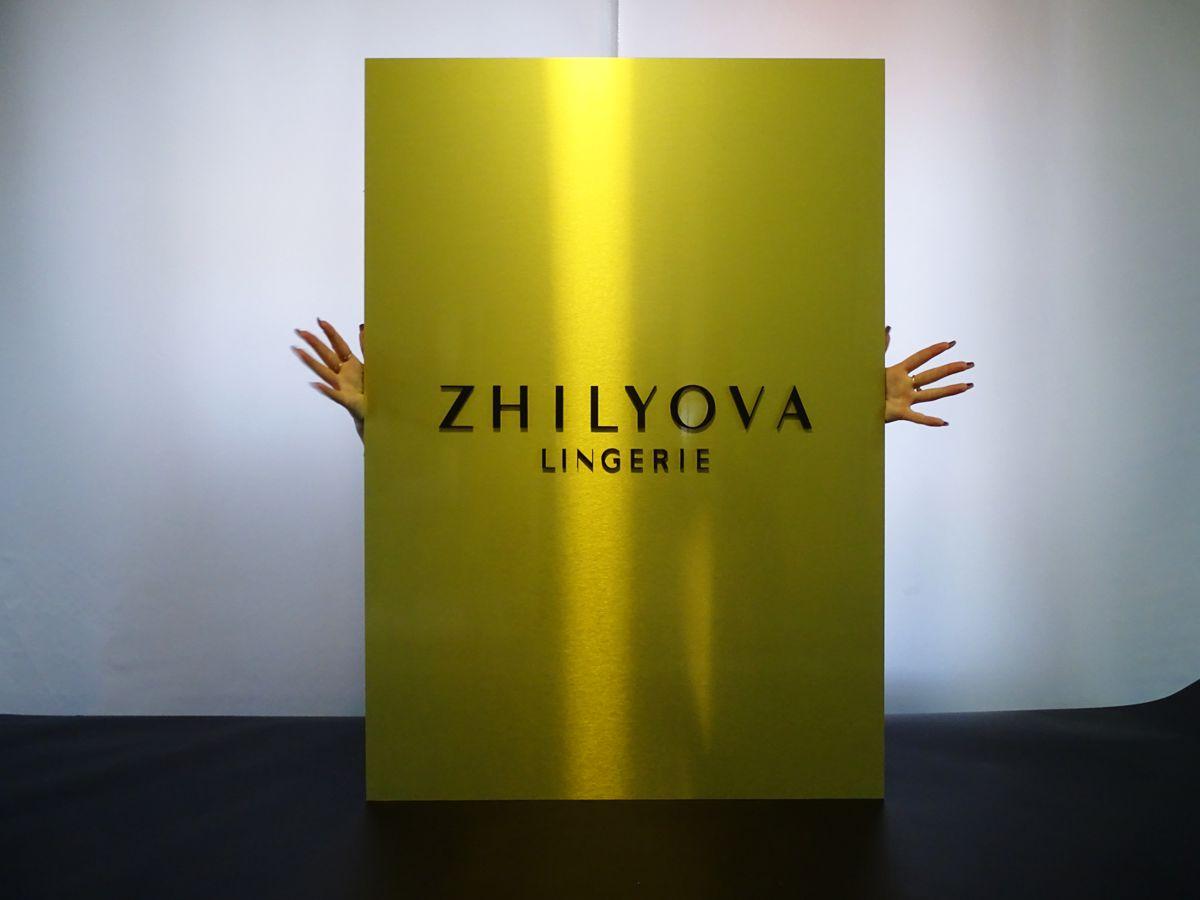 przykład złoty szyld aluminiowy logo litery pleksi