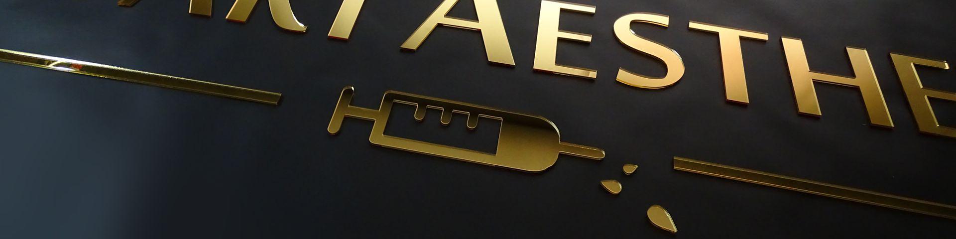 Logo ze złotego lustra pleksi reklama na ścianę