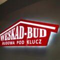 świecące logo na ścianie reklama świetlna kaseton do kształtu