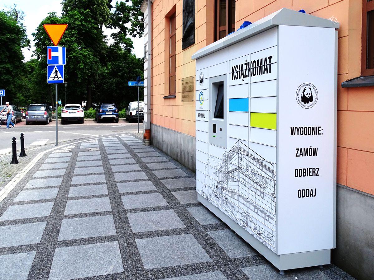 Książkomat oznakowanie reklama na ksiązkomacie biblioteki publicznej w mińsku