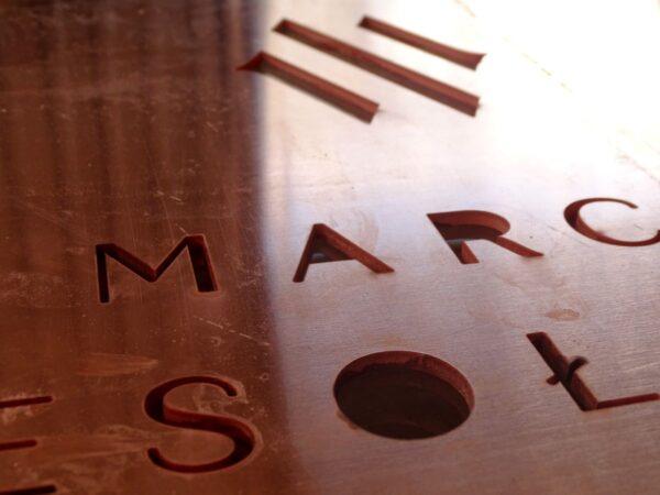 reklama cięcie liter CNC wycinanie napisów w metalu stromieniem wody