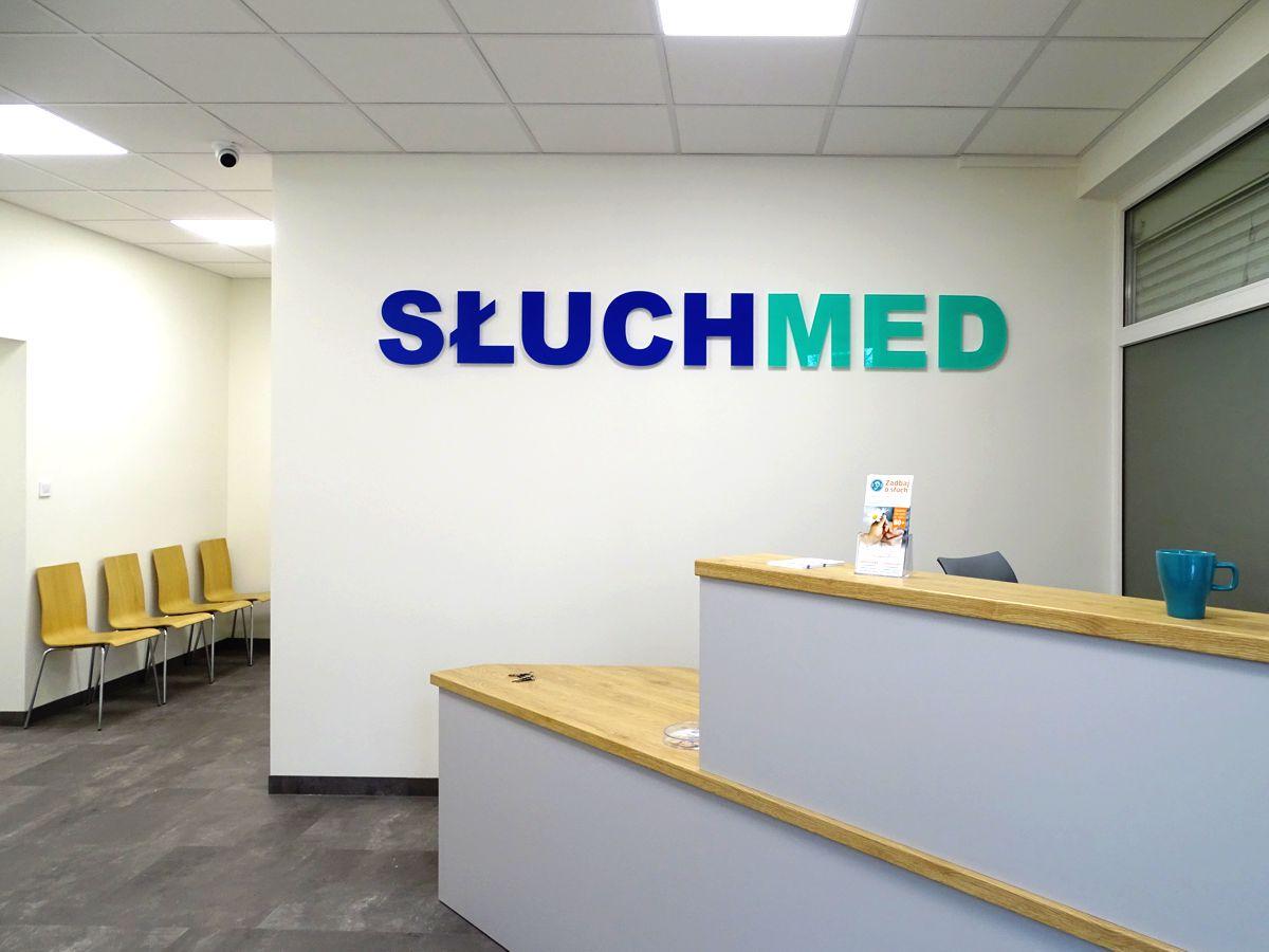Reklama kompleksowa - zewnętrzna, wewnętrzna. Logo na ścianie napis w recepcji 3D