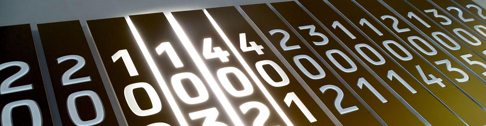 Oznakowanie wewnętrzne świecące panele przydrzwiowe. Zespolone moduły podświetlane z pleksiglasu