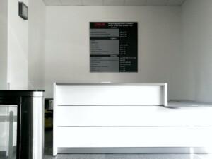 tablica do recepcji wymienne oznakowanie w budynku