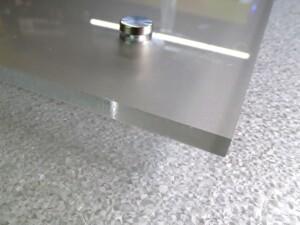 Efekt piaskowanego szkła na tablicy reprezentacyjnej szyld z pleksiglasu
