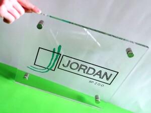 Elegancka tablica reprezentacyjna firmowy szyld z pleksiglasu