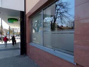 Oklejenie szyb okien punktu usługowego w Mńsku Mazowieckim