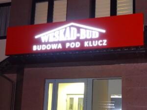 Reklama zewnętrzna na budynek, świecący kaseton reklamowy logo