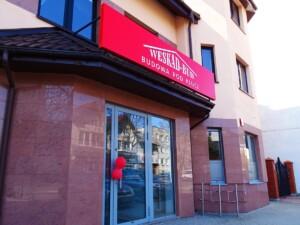 Reklama zewnętrzna na budynek logo firmy