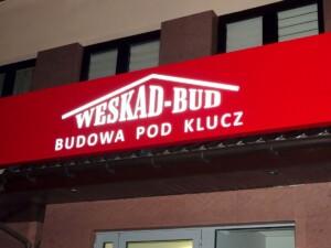 Świecąca reklama na budynku logo podświetlane kaseton frezowany