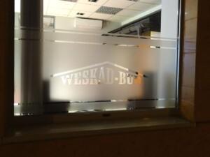 napis firmowy logo z folii mrożonej na szyby lokalu usługowego