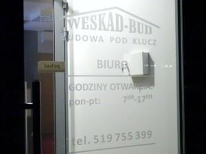 napis z folii mrożonej na drzwi wejściowe lokalu