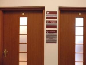 system oznakowania informacyjnego oznakowanie pomieszczeń w budynku